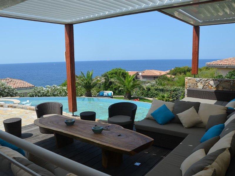 Magnifique vue mer, petite crique à 50m, plages et commerces à pied, casa vacanza a Lumio