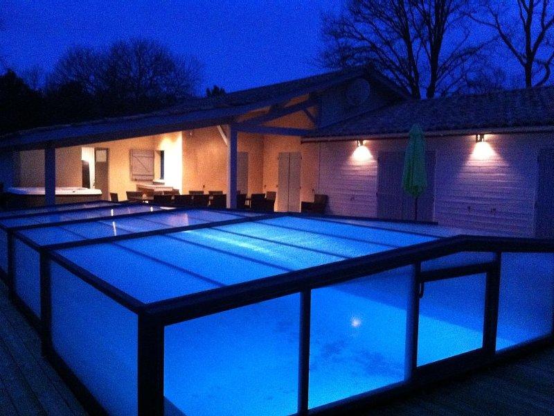 Proche soulac/mer maison 16 pers, piscine couverte chauffée 28°, jacuzzi, Sauna, location de vacances à Talais