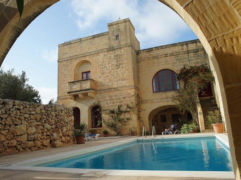 Magnifique villa spacieuse avec piscine, location de vacances à Xaghra
