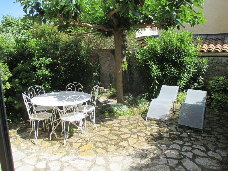 Location sanary t2 plein centre ( 6 mn a pieds du port) avec jardin privatif, location de vacances à Sanary-sur-Mer