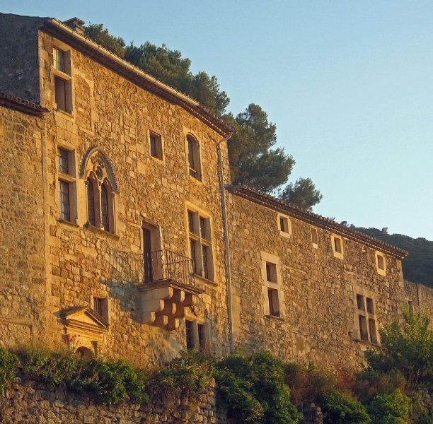 Provence Lubéron  à Oppede le vieux , Maison Renaissance  piscine et jardin, location de vacances à Oppède