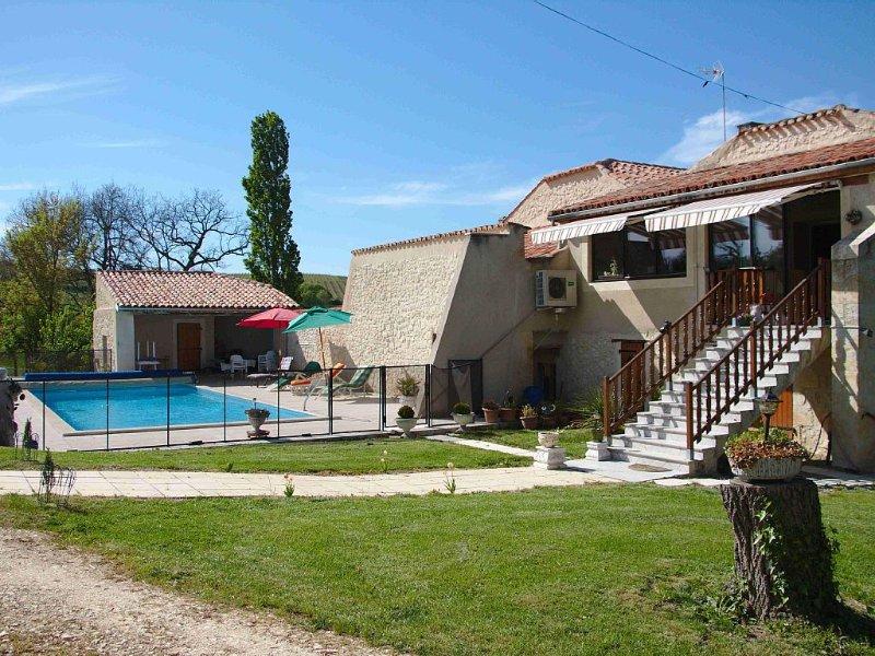 GITE pouvant contenir sept personnes, tout équipé, et avec piscine, vacation rental in Saint-Puy