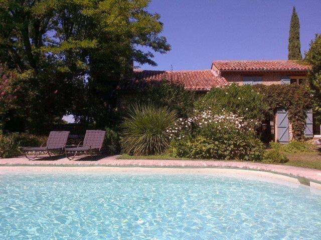 MAGNIFIQUE MAS  - COEUR du VILLAGE avec JARDIN PISCINE PRIVES - LUBERON VENTOUX, casa vacanza a Pernes-les-Fontaines