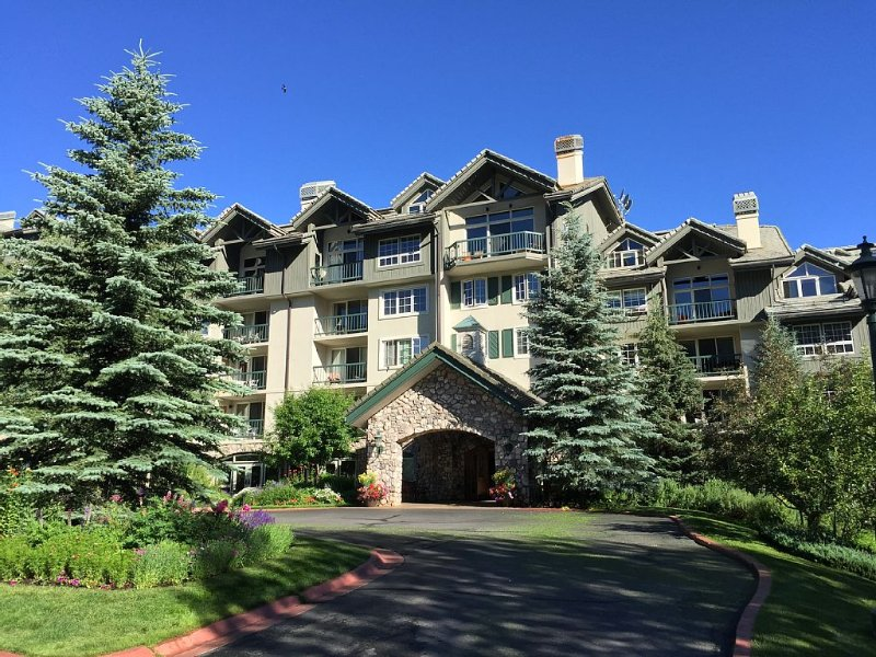 Completely Updated 2BDRM Ski-In/Ski-Out Gem.  Convenience and luxury combined!, casa vacanza a Avon