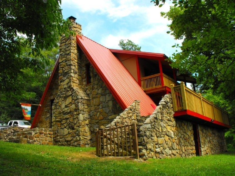 Well-appointed, rustic cabin located near some of Norris Lake's popular marinas!, holiday rental in Caryville