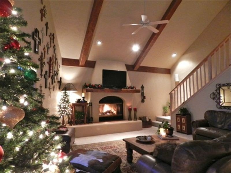 Picture Perfect Luxury Red River Ski Chalet on River- Hot Tub & Pool Table!, holiday rental in Red River