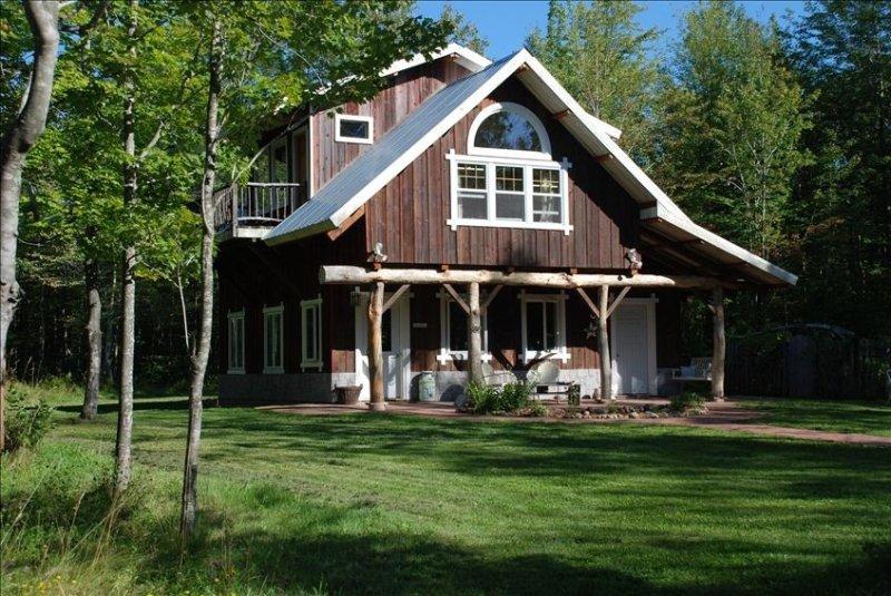 Magical Handcrafted Cabin on 20 Acres Featured in books/mags, alquiler de vacaciones en La Pointe