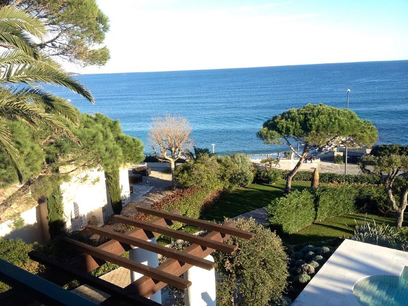 Beautiful Villa, Panoramic View of St Tropez Bay & Beachfront property, holiday rental in Sainte-Maxime