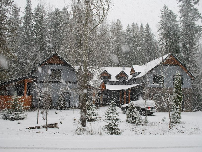 A beautifully furnished luxury vacation home in its own grounds on the ski hill, aluguéis de temporada em Sparwood