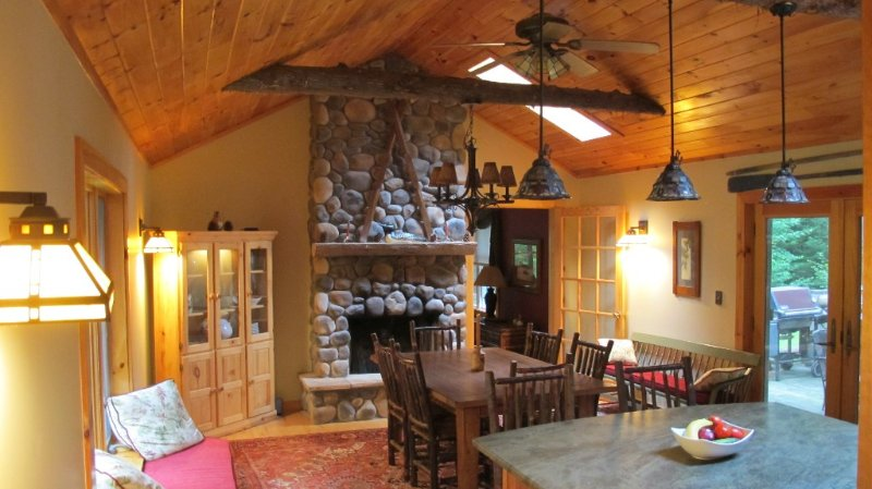 Brookside Cottage/Sprawling Wooded Retreat Within Town. Sleeps 8-10, vacation rental in Lake Placid