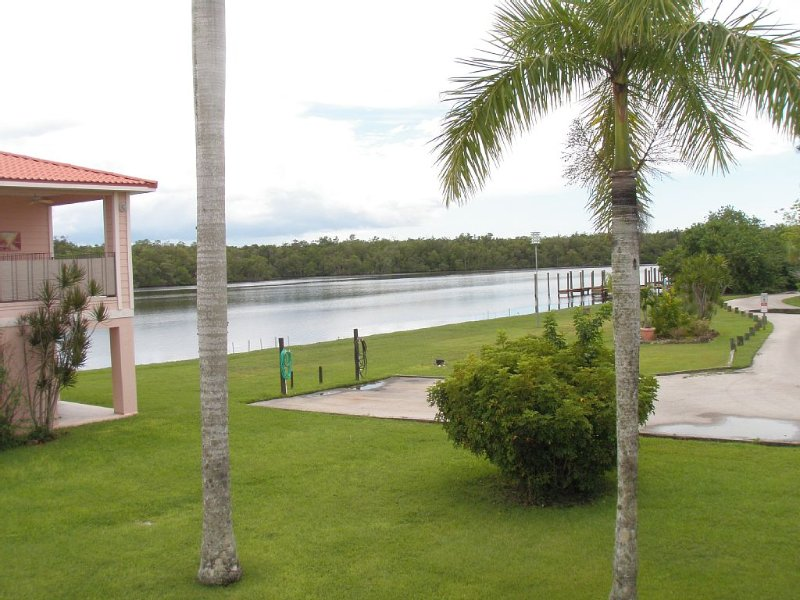 Waterfront Villa With Large Deck And Screened Front Porch Overlooking The Pool, casa vacanza a Ochopee