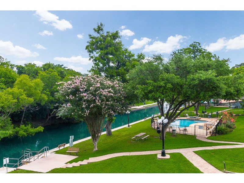 Comal Riverfront Condo w/Pool, Longest Float, Tubes Included!, holiday rental in New Braunfels
