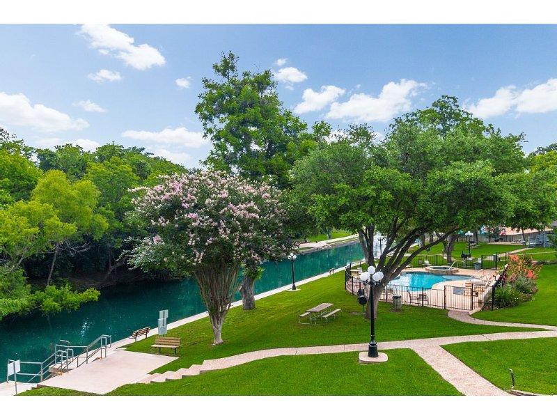 Comal Riverfront Condo w/Pool, Longest Float, Tubes Included!, aluguéis de temporada em New Braunfels