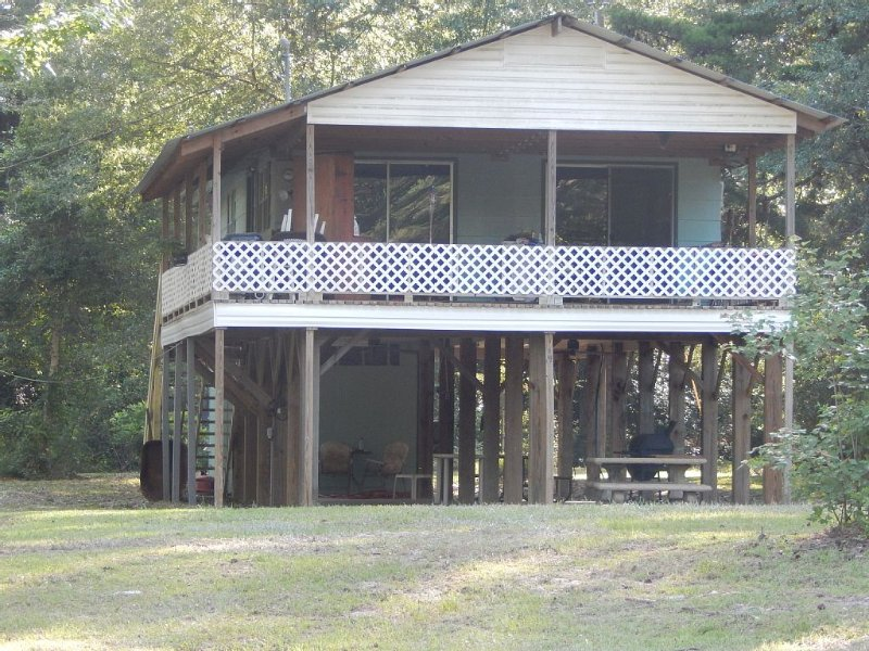 Wendel's Place is located overlooking beautiful Red Creek. Tranquil location, holiday rental in Wiggins
