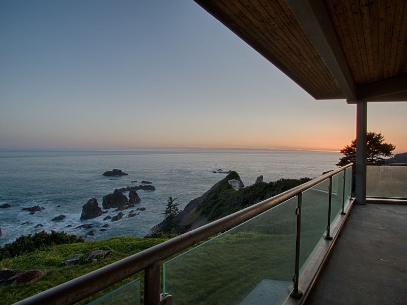 Stunning Modern Cliff House With Breathtaking Views of the Pacific NW, holiday rental in Harbor