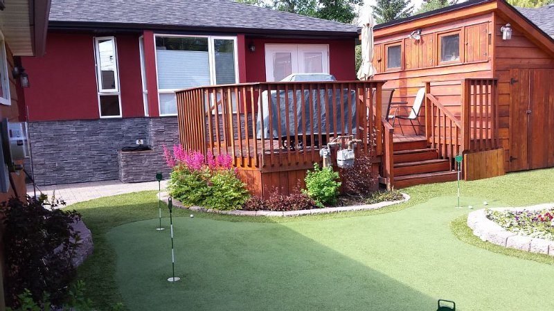 Quiet neighborhood, close to downtown, hot tub, chipping and putting green., holiday rental in Calgary