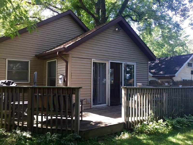 Cottage with Garage & Washer/Dryer, a MUST for long stays!, alquiler vacacional en Edgerton