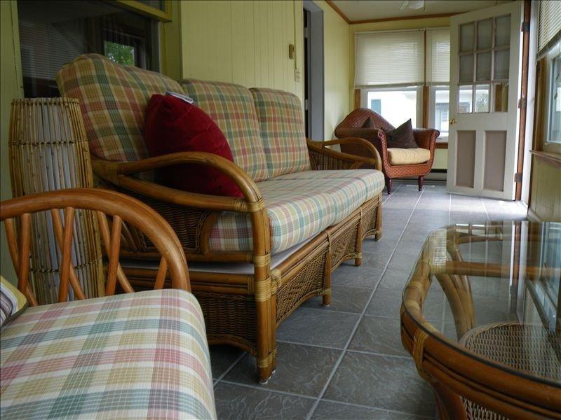El PORCHE DELANTERO con 2 ventiladores y azulejos geniales es un gran lugar para leer, tomar una siesta y chatear