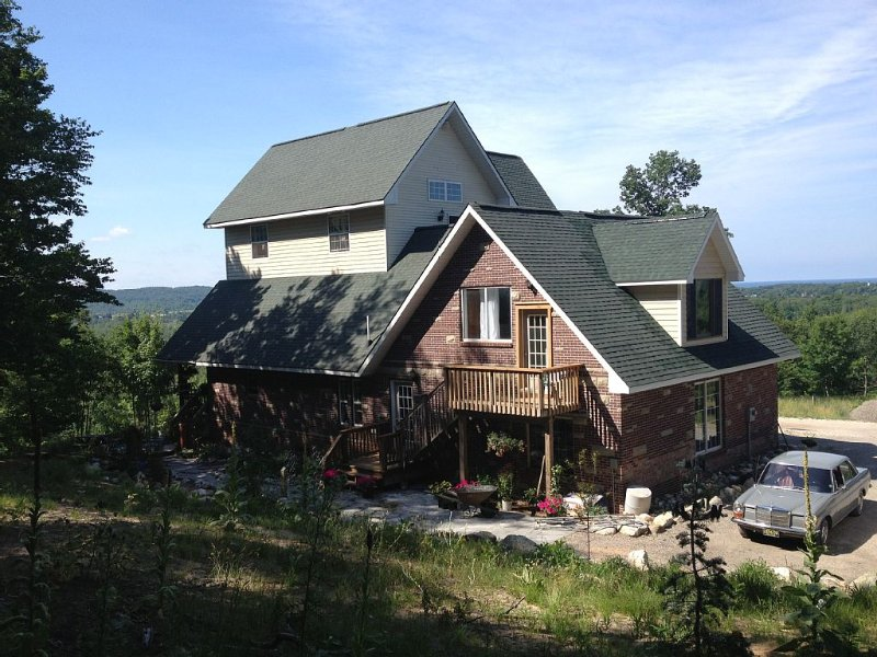 Hillside Manor  A Quiet,Private place For couples to get away & relax, holiday rental in Manistee County