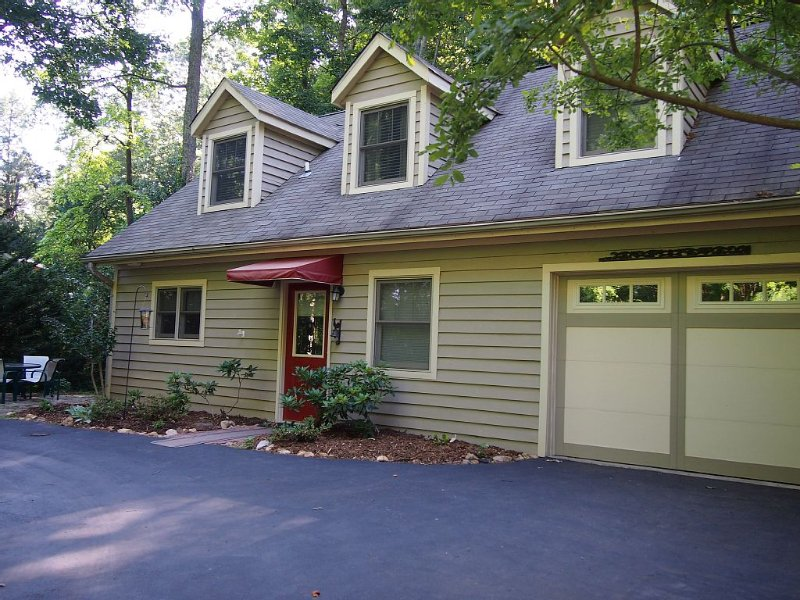 Private and Convenient, hiking, sweet patio, close to Asheville & Hendersonville, aluguéis de temporada em Arden