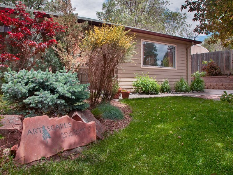 large backyard garden and patio area for relaxation and entertaining., holiday rental in Littleton