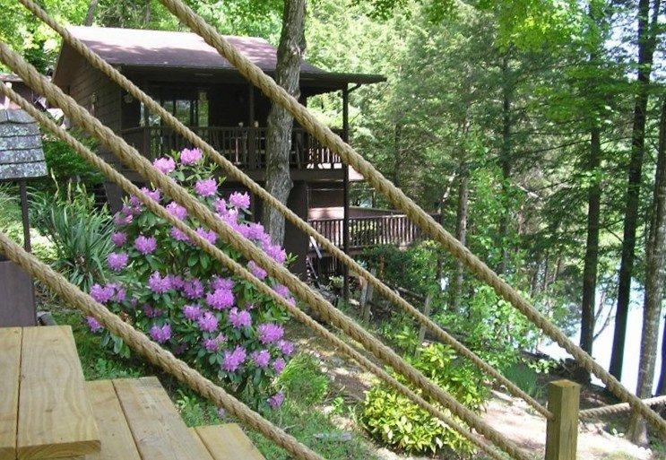 'Onawim' Lakefront Cabin!  Cozy setting, private boat slip and swim platform., location de vacances à Jacksboro