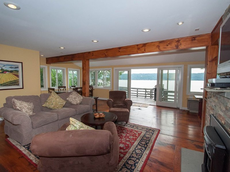Lakefront, Private Dock, Private Deck, Amazing Views, Pet Friendly, Upscale, holiday rental in Brooktondale