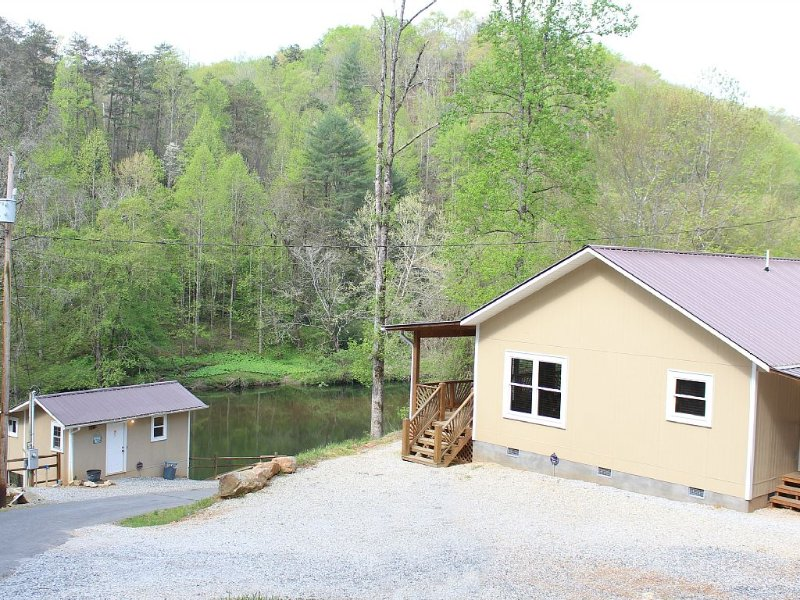 PRIVATE RIVERFRONT 3 bed/2 bath house on the Oconaluftee River! PRIVATE DOCK!, holiday rental in Whittier
