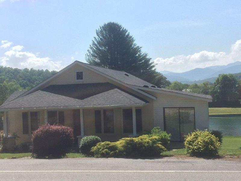 Beautiful House On Lake Chatuge! 3 Bd And 2 Bath, aluguéis de temporada em Hayesville