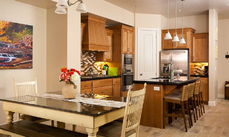 Fully Stocked 5 Bedrooms,  3 1/2 Bath -Luxury Townhome in Beautiful COLORLAND, holiday rental in Washington