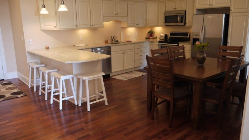 Large kitchen with table for 6 and breakfast bar with 4 seats