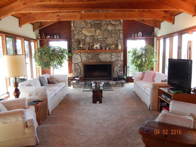 Welcoming and Spacious Year Round Family Vacation Home, holiday rental in Scaly Mountain