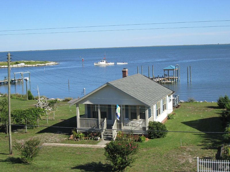 Pet Friendly Waterfront Rental Home On Core Sound, casa vacanza a Cedar Island
