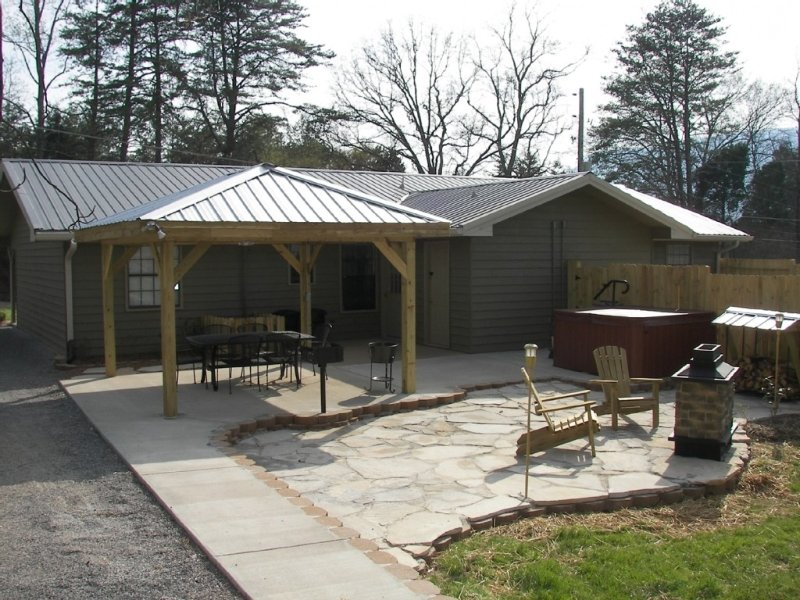Chattanooga Outdoor Dining Fireplace  Hot -Tub Wifi, vakantiewoning in Chickamauga