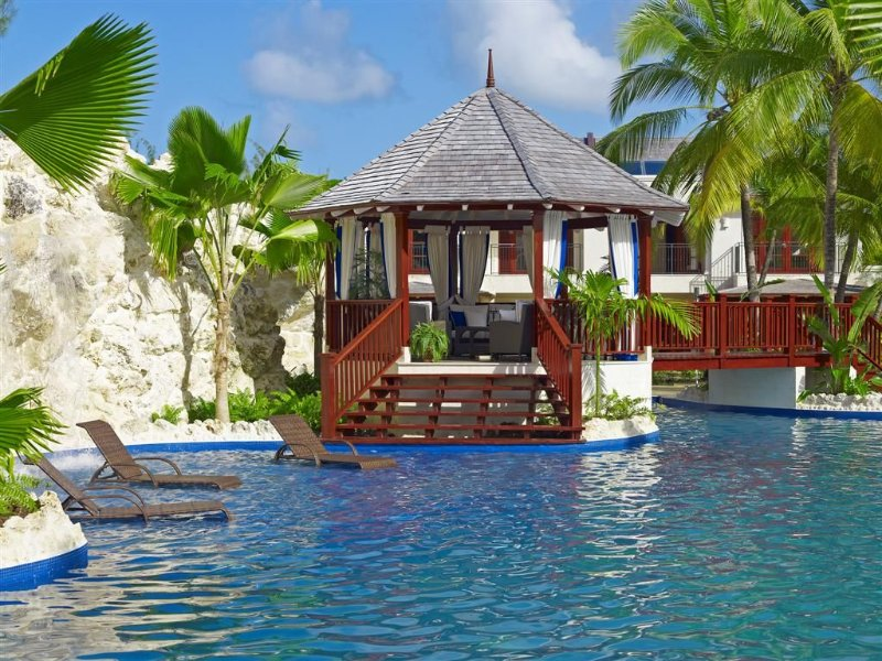 A Stunning Property With A Breathtaking Communal Pool And Gazebo, Walk To Beach, holiday rental in Gibbes