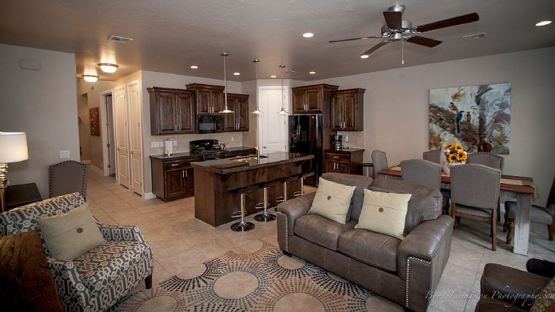 POOLS ARE OPEN! Sleeps 10 adults! Stunning 4 bed condo near Zion, holiday rental in Washington
