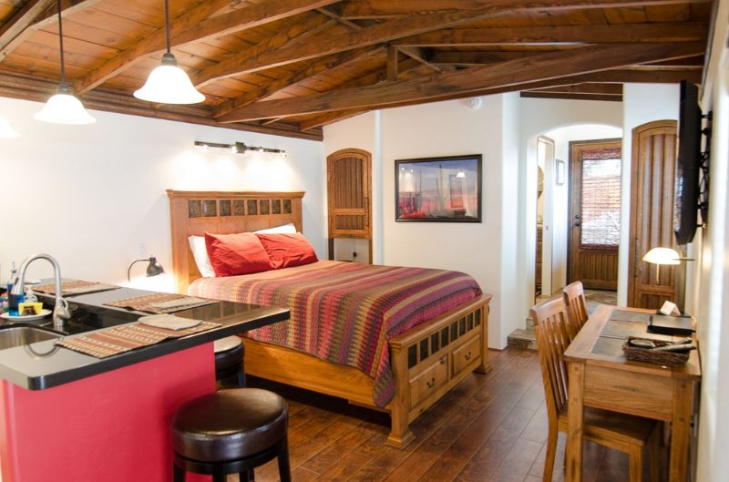 Private Rustic Casita 1.5 miles north of U of A and UMC, alquiler vacacional en Tucson