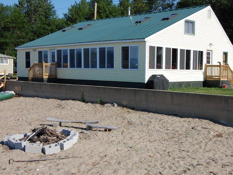 Large Beachfront Family Cottage on Sandy Beach at Colchester Point, casa vacanza a Keeseville