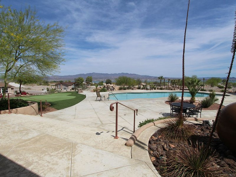 Private gated community with pool, spa and club house.  2,100 square 3 bed home, location de vacances à Ville de Lake Havasu