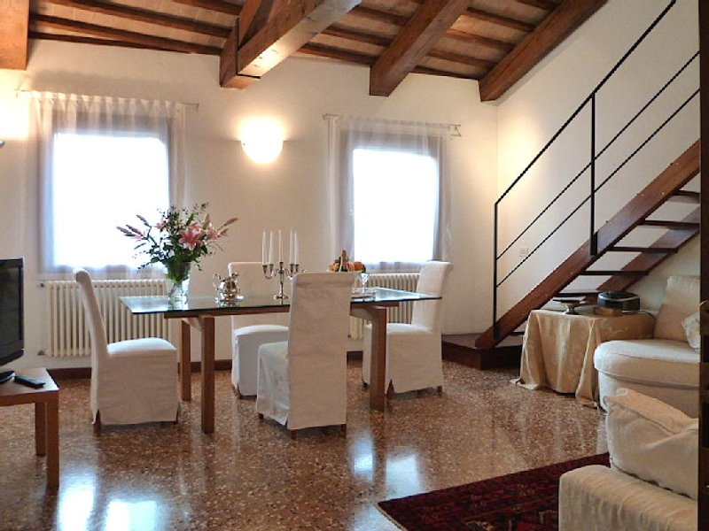 Modern Apartment in XV Th Century Building Close to St. Mark, alquiler vacacional en City of Venice