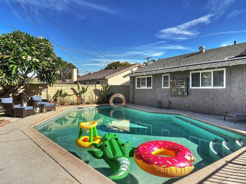 LAST MINUTE SPEACIAL! Amenities! Pool & Game Room! Close walk to Disney!, aluguéis de temporada em Anaheim