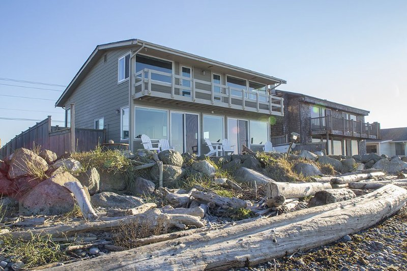 Walkout west facing waterfront property! Enhanced WIFI and WFH capabilities, vacation rental in Oak Harbor