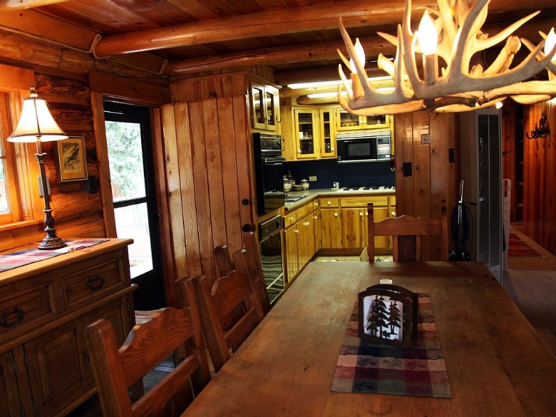 Cozy Cabin In Town close to Skiing. Mountain Views Summer And Winter., holiday rental in Red River