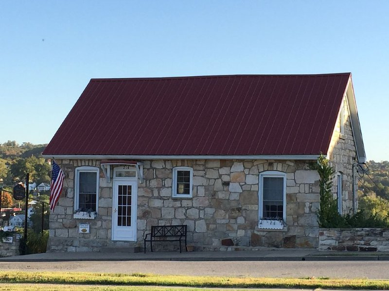 DeFlorin Stone Cottage, Hermann's Downtown Stone Home, Free Wine & $10 Shuttle, holiday rental in Chamois