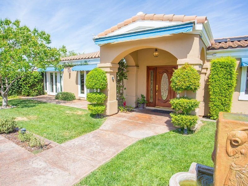 Luxury Gated Estate with Views of All of Wine Country!, Ferienwohnung in Temecula
