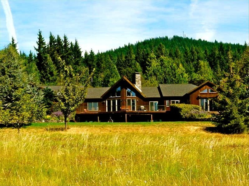 Vineyard Estate with Breathtaking Mt. Hood Views, Hot Tub!, alquiler vacacional en Home Valley