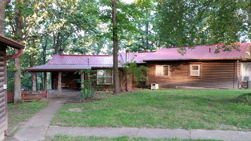 Rustic cabin, beautiful and well appointed on quiet cove, Pomme de Terre  Lake, casa vacanza a Half Way
