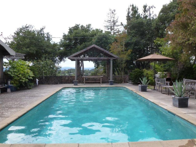 Beautiful And Private Ridgetop Retreat W/ Panoramic Views, Giant Pool, Sunsets, location de vacances à Santa Rosa