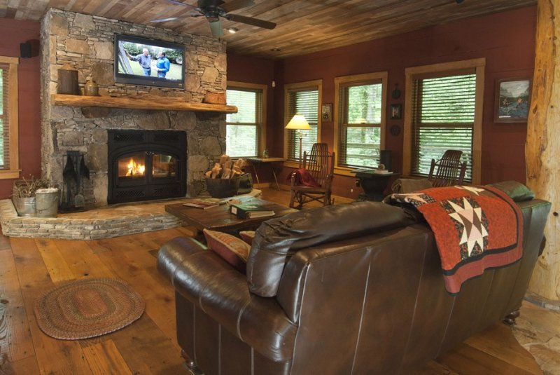 Aproveite o calor e conforto da sala de estar rodeado por Reclaimed Barnwood