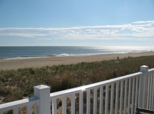 Oceanfront - Right on the Beach...doesn't get any better than this!, location de vacances à Dewey Beach